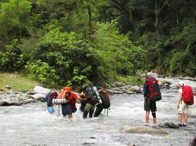 Senderos del Aconquija vadeando el río