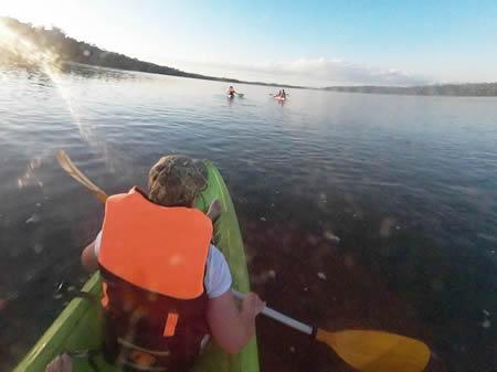 Rio Iguazú Durante el recorrido, recorrió 8.5 kilómetros río abajo o de forma remota, por lo que la fuerza física requerida era muy pequeña, solo necesita remar el bote para corregir la ruta del kayak.