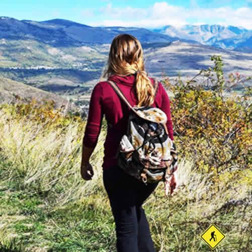 Senderismo o senderismo incluye caminar por senderos en entornos naturales como montañas, valles y valles, bosques, playas, arroyos, ríos, lagos y lagunas.