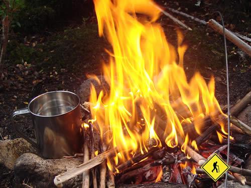 potabilizando agua con fuego en campamento